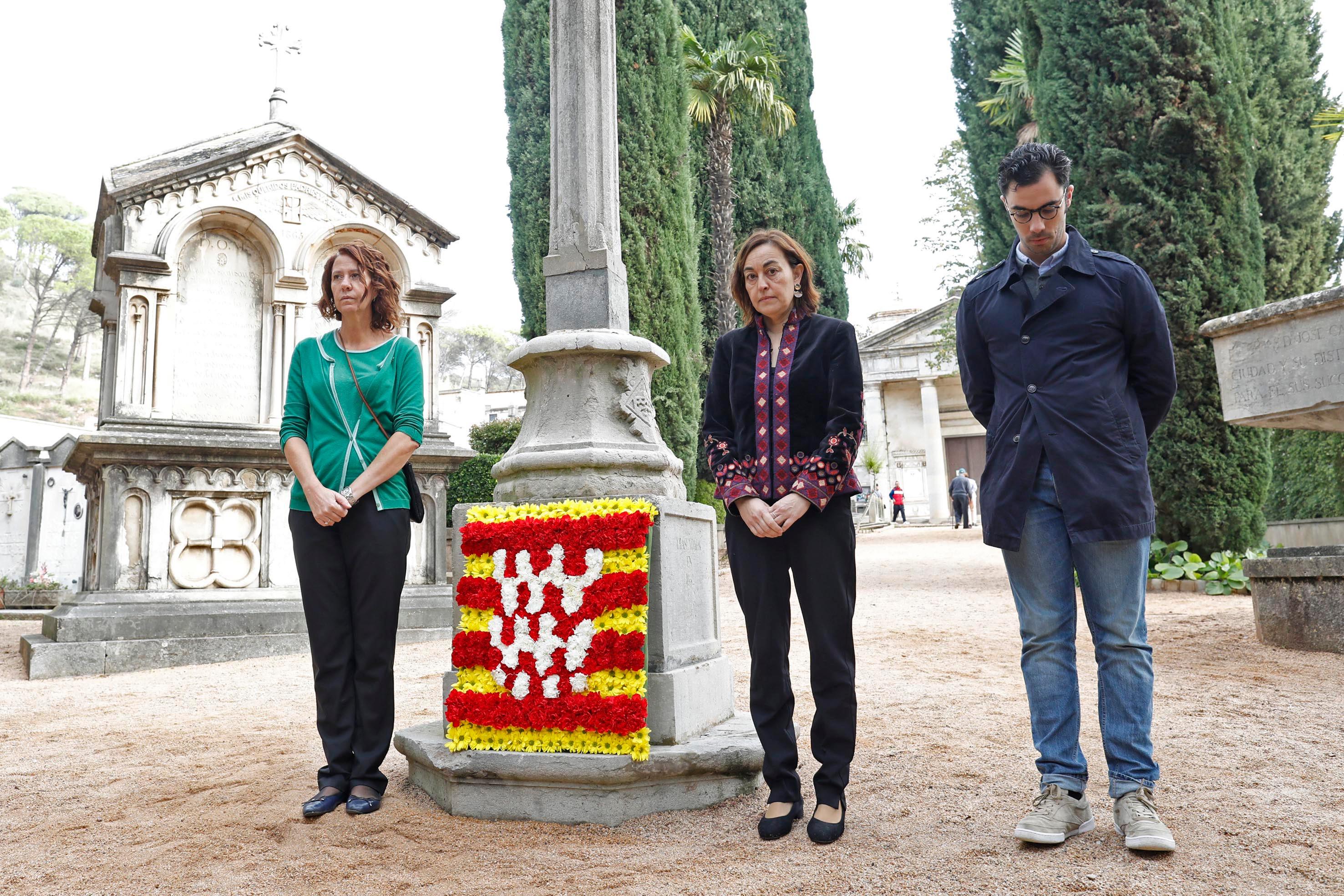 L'alcaldessa de Girona presideix l'acte cívic en record dels difunts.
