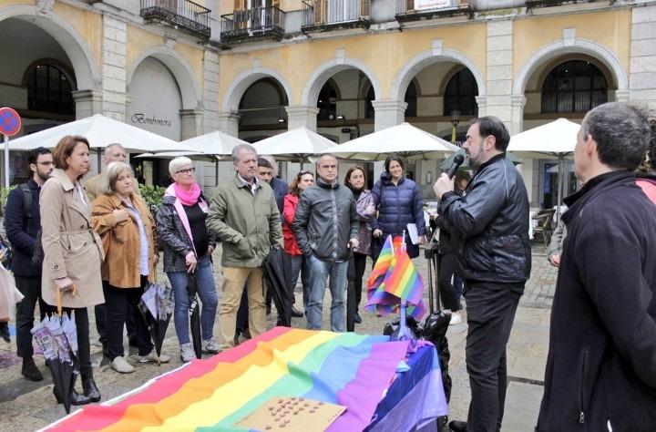 """Marta Madrenas assisteix a la descoberta de la placa commemorativa LGTBI """"Pas de la diversitat"""""""