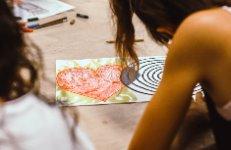 Iniciació al mindfulness i a les emocions a través de la pintura, el dibuix i el joc